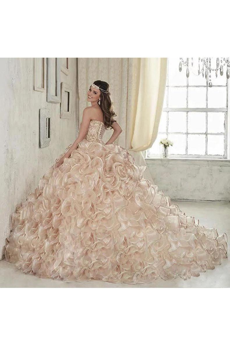 Renta de vestido de XV años Largo Mod. VQ20267 color champagne. Entrega a domicilio, servicio de costurera gratis ¡Entra ya!