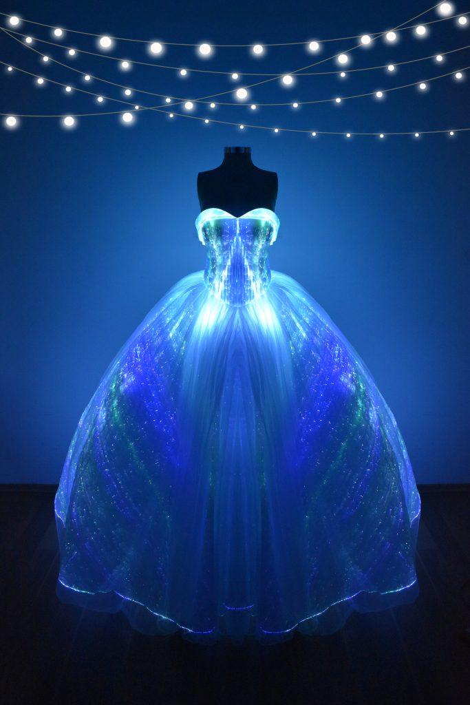 Renta de vestido de XV años Largo con luces led Mod. VQ8015 color blanco