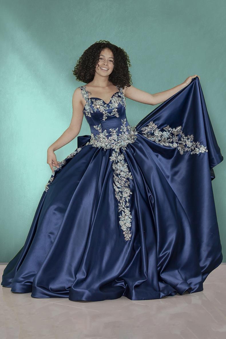 Vestido de xv años de largo off shoulder en color marino